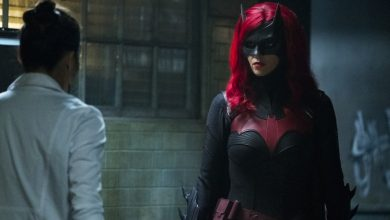 """Photo of Batwoman """"Grinning From Ear To Ear"""" Review"""
